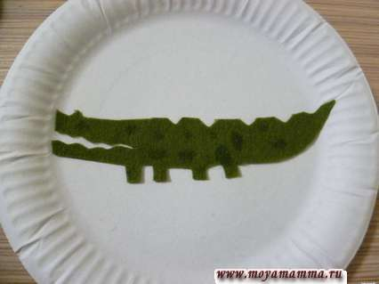 приклеивание крокодила на бумажную тарелку