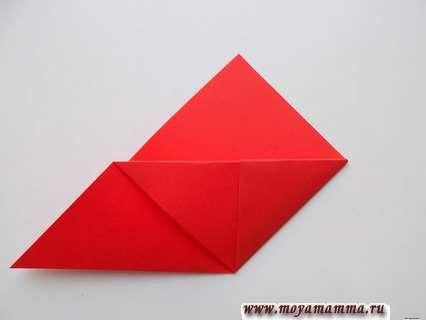 Правый уголок нашего треугольника заправляем в получившийся своеобразный кармашек