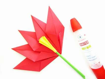 Присоединяем центральную часть цветка со стеблем к лепесткам