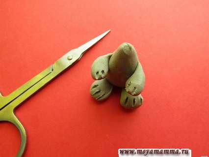 Из кружочков создаем лапки мышонка