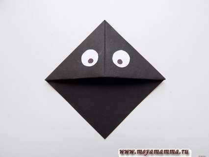Приклеиваем эти глазки на черную основу закладки