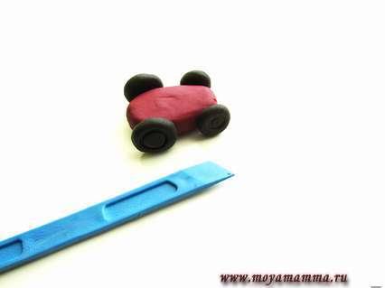 Присоединяем колеса к боковым частям машины