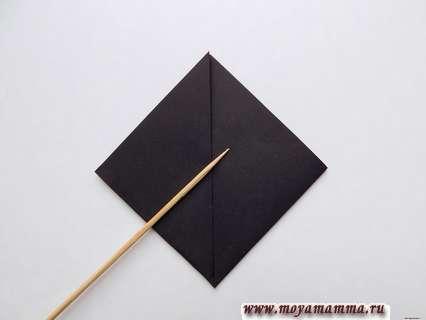 Левый уголок черного треугольника загибаем симметрично вверх