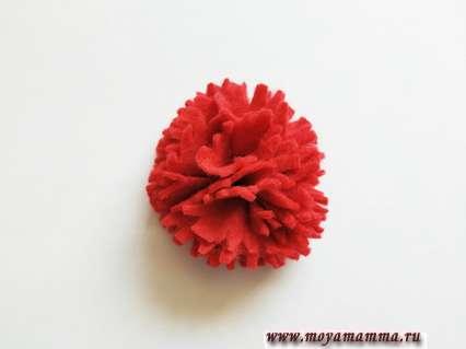 пришить все имеющиеся детали друг к другу, образуя цельный цветок гвоздики
