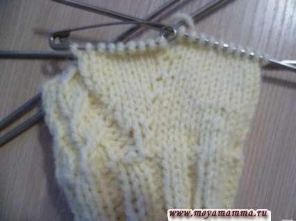 описание вязания варежек спицами, левая варежка
