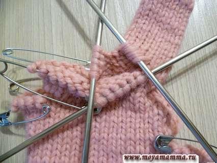 вязание перчаток спицами - 4  петли из перемычки