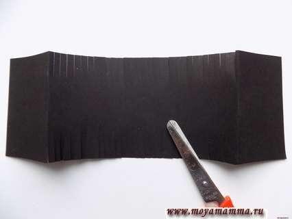 Центральную часть черной полоски мы будем нарезать с двух сторон на глубину около 2 см