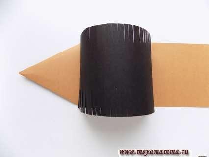 Приклеиваем черную заготовку на коричневое основание таким образом, чтобы сформировать полукруг