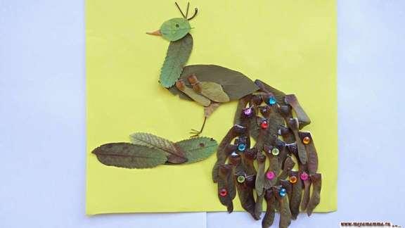 Аппликация павлин из сухих листьев