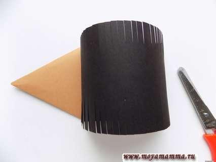 Оставшуюся сзади коричневую часть отрезаем ножницами