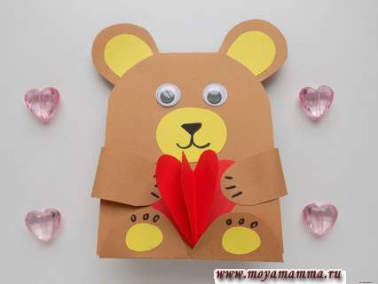 Мишка с сердечком из бумаги.