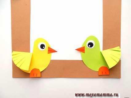 Приклеивание птичек на кормушку. Аппликация Кормушка с птичками