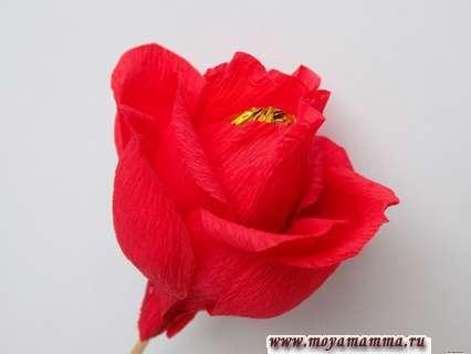 Как сделать розу из бумаги с конфетой. Второй ряд из четырех лепестков