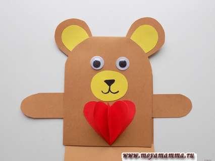 Приклеивание лапок. Мишка с сердечком из бумаги