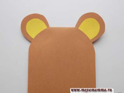 Приклеивание ушек. Мишка с сердечком из бумаги.