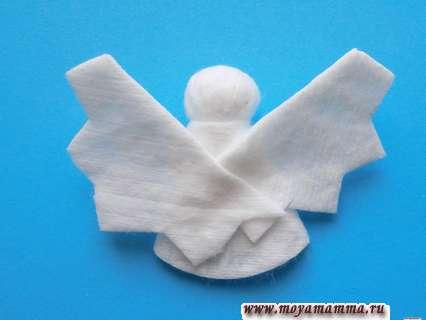 Ангелочек из ватных дисков. Приклеивание второго крылышка