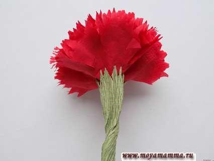 Гвоздика из бумажной салфетки. Оборачивание нижней части цветка