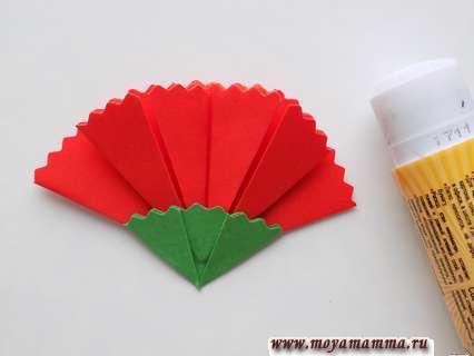Гвоздика в технике оригами. Вклеивание гвоздики