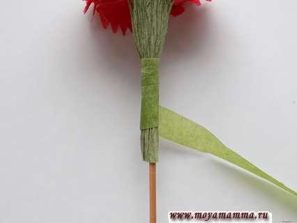Гвоздика из бумажной салфетки. Отделка флористической лентой