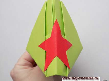 Как сделать пилотку оригами. Приклеивание звезды