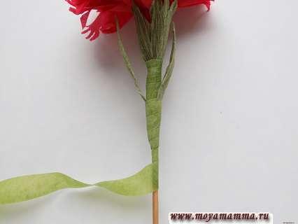 Гвоздика из бумажной салфетки. Добавление листочков