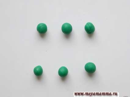 Зеленые шарики из пластилина