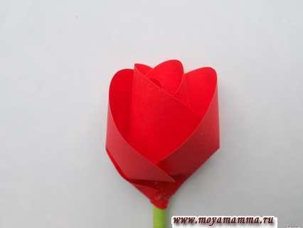 Как сделать розу из цветной бумаги. Присоединение лепестков
