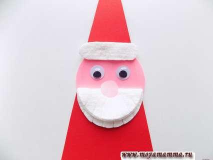 Дед мороз из ватных дисков. Приклеивание носа