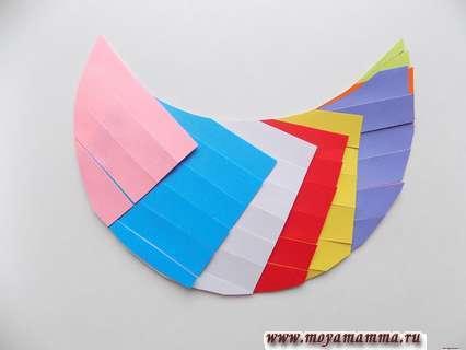 Курица из цветной бумаги. Вид с лицевой стороны