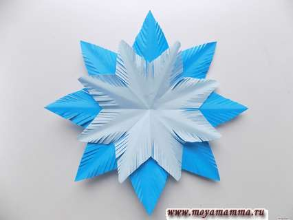 Объемная снежинка из бумаги. Выполнение заготовки из светло-голубого квадрата