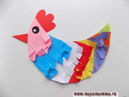 Курица из цветной бумаги. Прикрепление клювика и гребешка