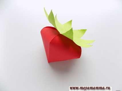Клубника из бумаги. Приклеивание зеленых листочков