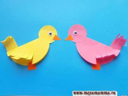 Аппликация весенние птички. Приклеивание глазок