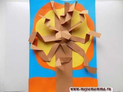 Аппликация Осеннее дерево. Приклеивание оранжевой полосы