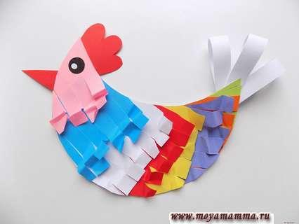 Курица из цветной бумаги. Приклеивание хвоста