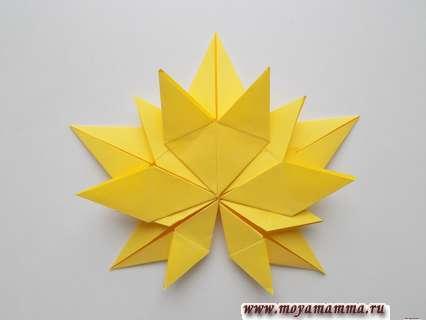 Осенний лист из бумаги. Приклеивание к листу снизу маленьких заготовок