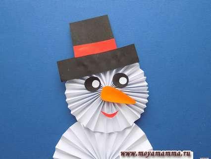 Снеговик из бумаги. Приклеивание глаз, носа и ротика