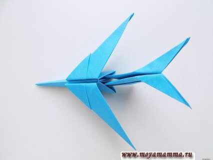 Самолет оригами для детей. Закрепление хвостовой части на основной части заготовки