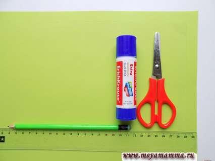Зеленая бумага, линейка, карандаш, клей, ножницы