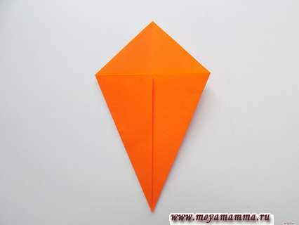 Лист каштана из бумаги.  Разворачивание квадрата и сгибание боковых сторон к средней линии