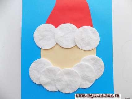 Аппликация Деда Мороза из ватных дисков. Оформление бороды и опушки шапки Деда Мороза