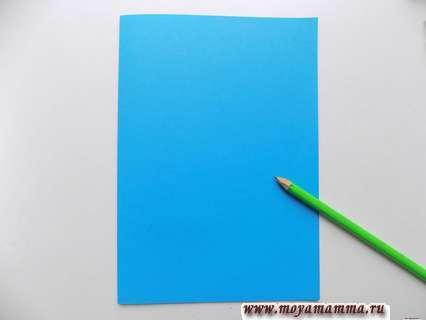 Рисование контуров корзинки на голубом листе бумаги