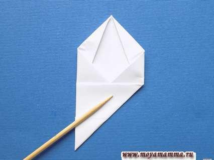 Образовавшийся правый нижний угол сгибаем к противопожной стороне для образования квадрата