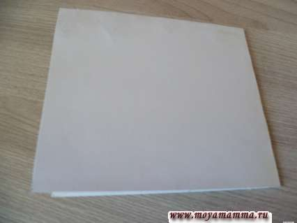 Складывание пополам листа картона