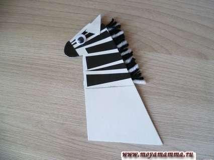 Зебра из втулки. Вид шеи и головы зебры с другой стороны