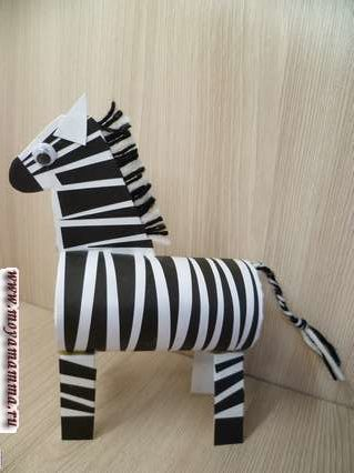 Зебра из втулки. Приклеивание хвоста и ног