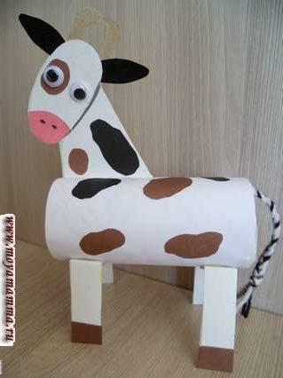 Корова из втулки. Приклеивание ног и хвоста