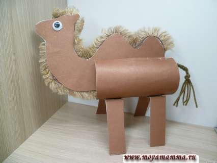 Верблюд из втулки. Оформление мордочки верблюда, приклеивание ног, ушек и хвоста