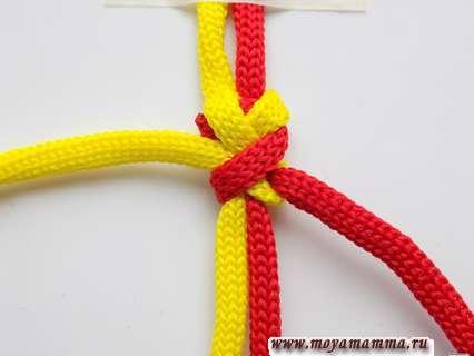 Аккуратно затягиваем узел, равномерно потягивая за оба конца шнура.