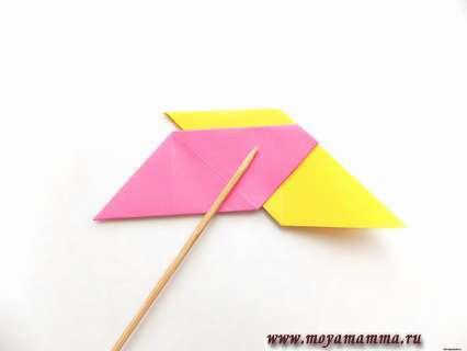 Выступающие уголки розовой заготовки загибаем внутрь с обеих сторон.
